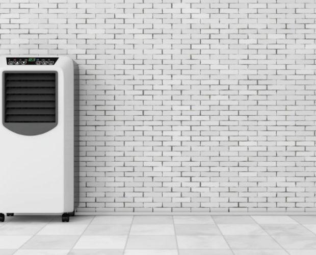 Klimatyzator przenośny w pokoju przy ścianie