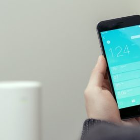 smartfon z aplikacją do monitorowania smogu