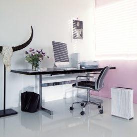 Stadler Form Roger w pokoju przy biurku i krześle