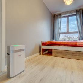 Oczyszczacz powietrza Welltec APH225 w sypialni.