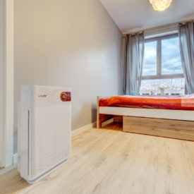 Oczyszczacz powietrza Welltec APH450 w sypialni.