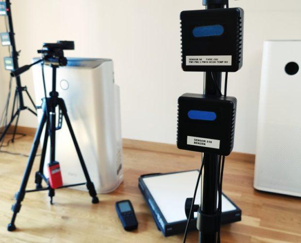 Zdjęcie laboratorium z czujnikami jakości powietrza i oczyszczaczami powietrza