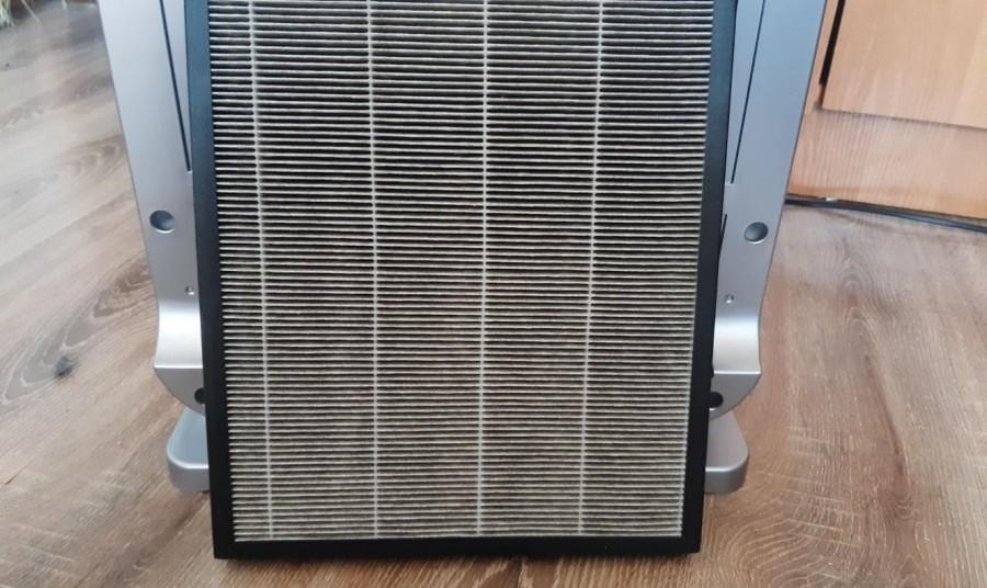 Zakurzony filtr HEPA na tle oczyszczacza powietrza Klarta Forste 3