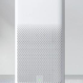Oczyszczacz powietrza Xiaomi Air Purifier 2H na szarym tle, widok od przodu.