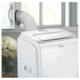 Klimatyzator przenośny TCL TAC-09CPBH/K w wersji białej zainstalowany w pokoju