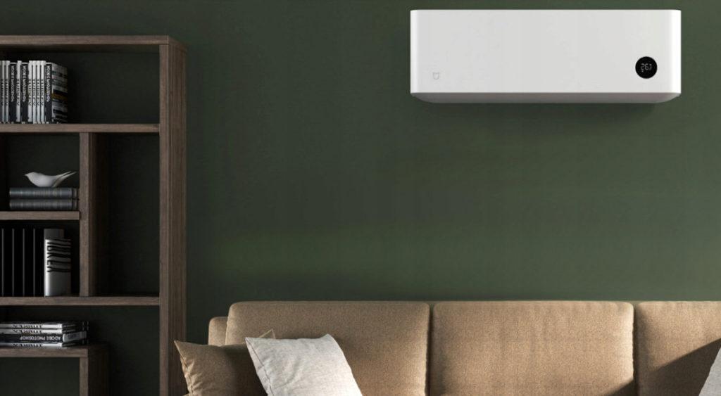Jednostka wewnętrzna klimatyzatora split Xiaomi zamontrowana w salonie nad kanapą