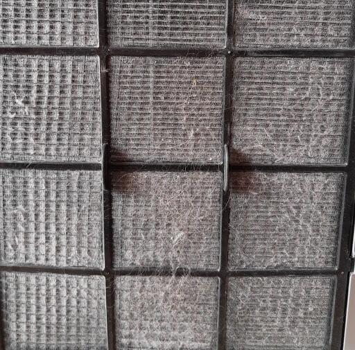 Kłęby kurzu na filtrze wstępnym po ok. miesiącu od ostatniego czyszczenia