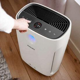 Właczanie oczyszczacza powietrza Philips w mieszkaniu