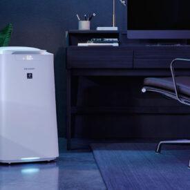 Oczyszczacz powietrza Sharp UA-KIL80E-W w pokoju